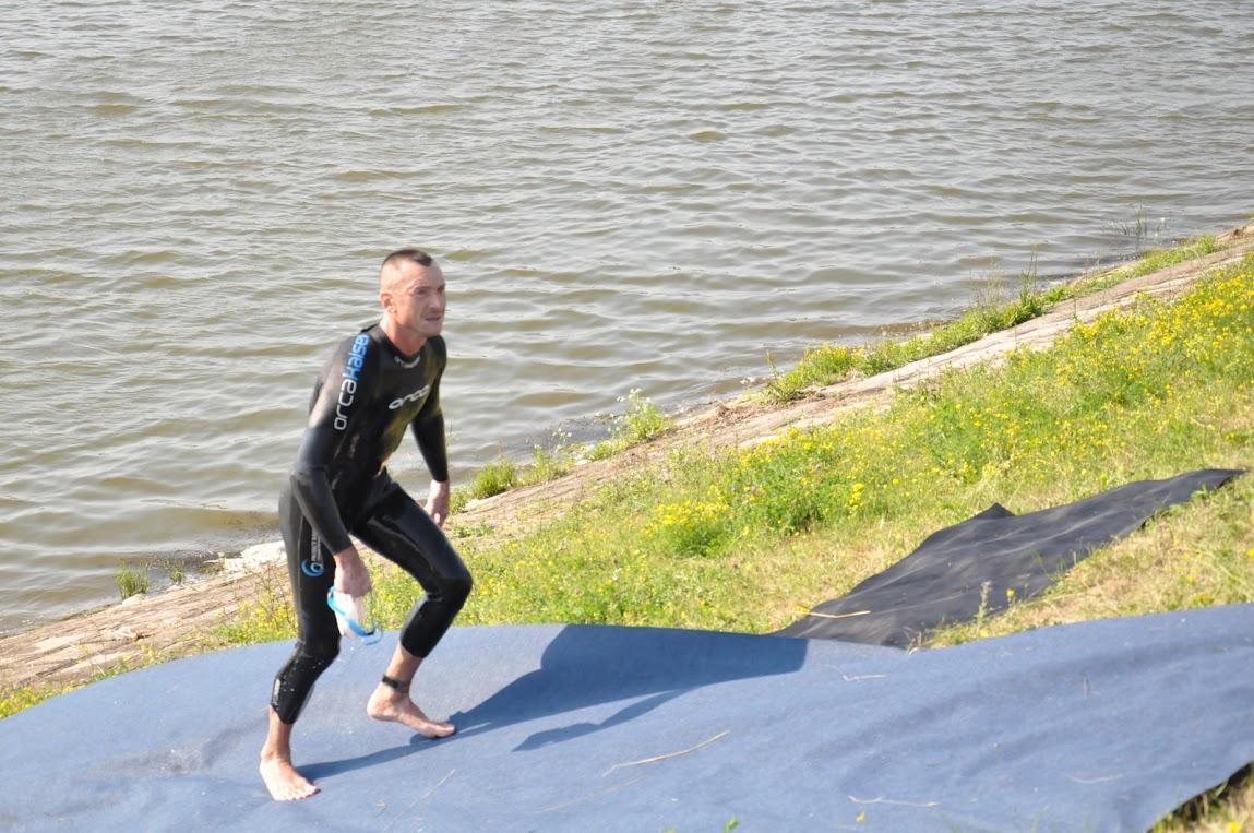 Iesirea din lacul Paleu, dupa 4 kilometri de inot, in 2011, la primul sau Ironman