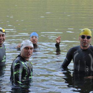 Triatlonişti la ediţia pilot Transfier, la proba de înot, în Vidraru