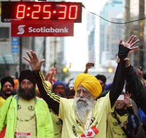 Fauja Singh, Toronto,Canada, 2011 Sursă foto: Peter J. Thompson / National Post  Fauja Singh este singurul centenar care a reușit să parcurgă 42 km şi 195 de metri în 8 ore și 25 de minute.