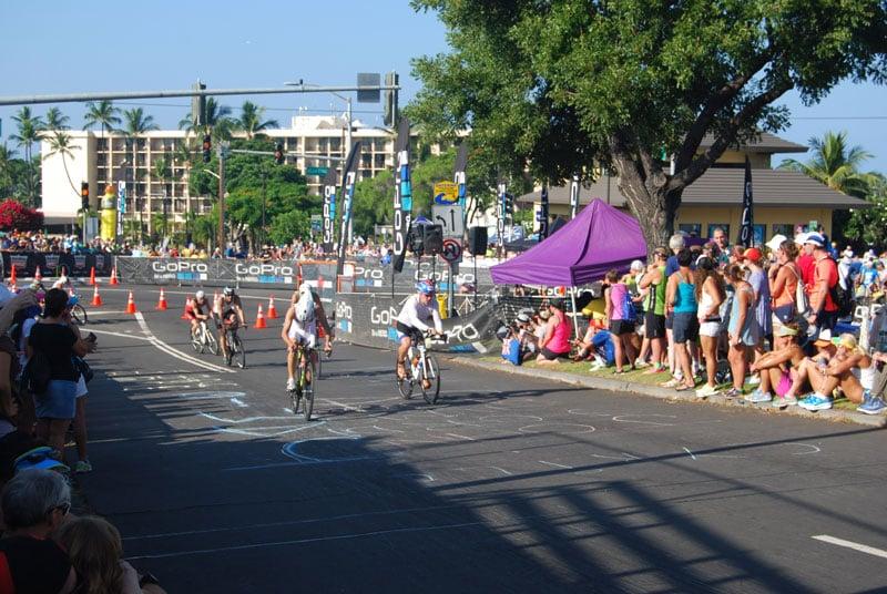 pe traseul de bicicletă, în cursa Ironman Kona