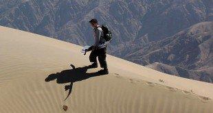 cu placa pe nisip, in Peru credit foto, peruadventurestours.com