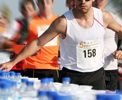 Marathoniens au ravitaillement