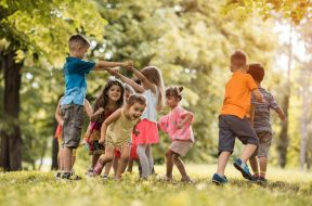 kids-play-outdoors-989×660